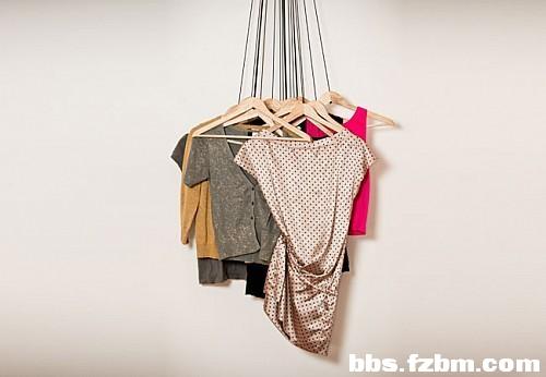 ...设计师alice rosignoli 在她的起居室里设计了一个开放式的衣柜