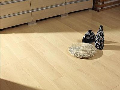 实木地板清洁,切忌用湿拖把直接擦拭