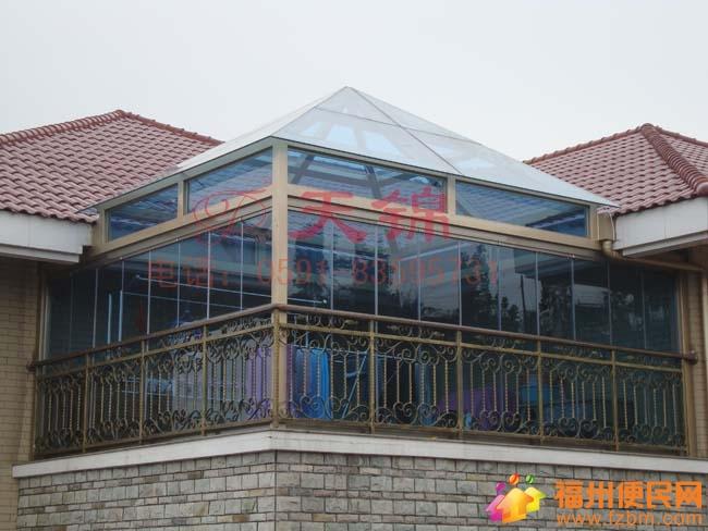 华宁装饰顾工:一般做阳光房的盖顶可以用三种材料: 1、钢化玻璃或者钢化夹胶玻璃,这类产品的好处是透明,可以采光、但造价都比较高,钢化玻璃承受突击力还没有夹胶玻璃高,如果你所处位置经常有高空坠物的,建议你只有用钢化夹胶玻璃了,单层钢化玻璃还是不够; 2、市场有种胶卡布隆,也有叫阳 .