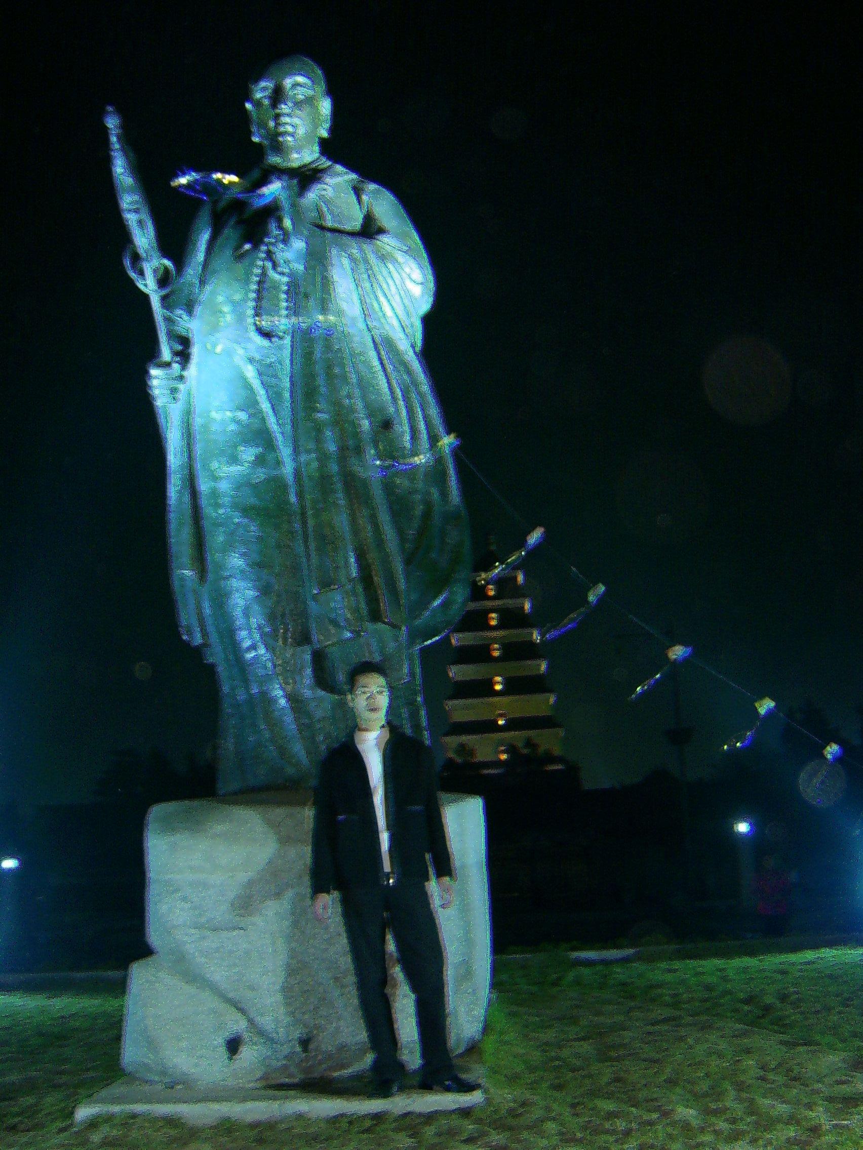 年初在西安大雁塔前玄奘雕像前