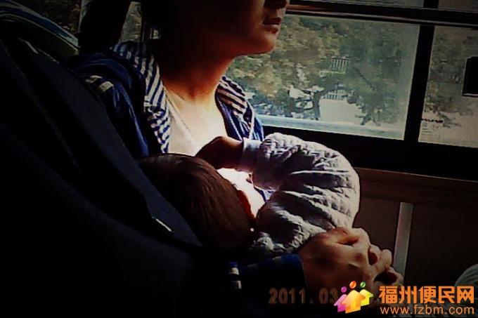 在公交车上看见年轻妈妈当场掀开衣服给孩子喂